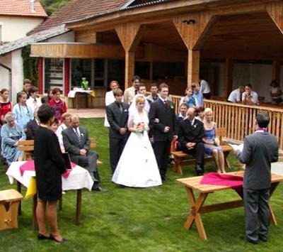 Svatba v zahradě