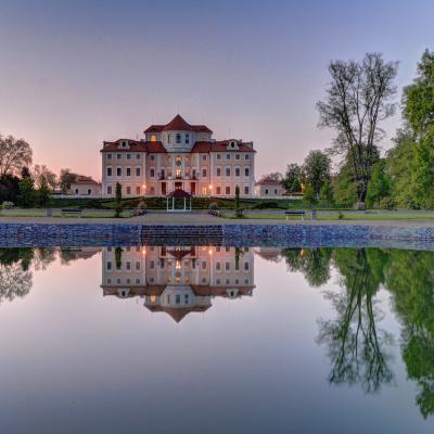 zamek-v-podvecer-zrcadleni-v-jezirku-20170530083853
